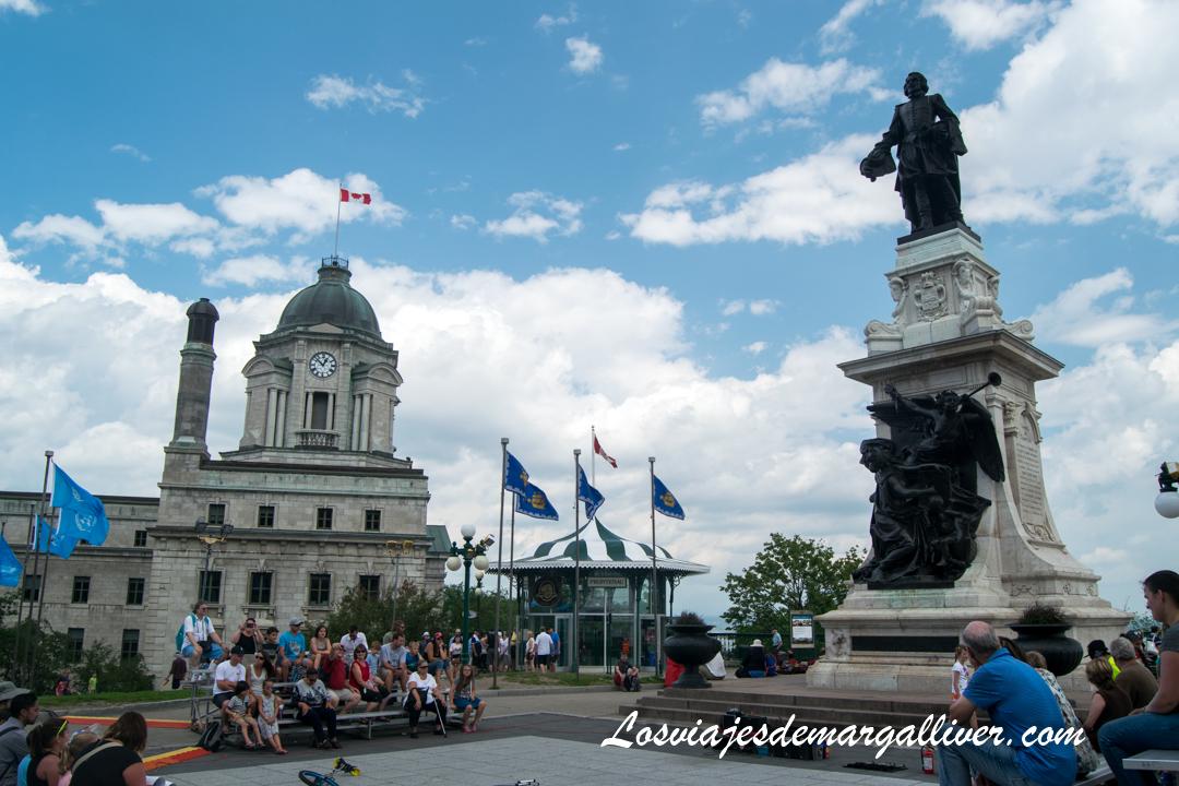 Place de Armes situada pegada el Chateu Frontenac, Que ver en Quebec en un día - Los viajes de Margalliver
